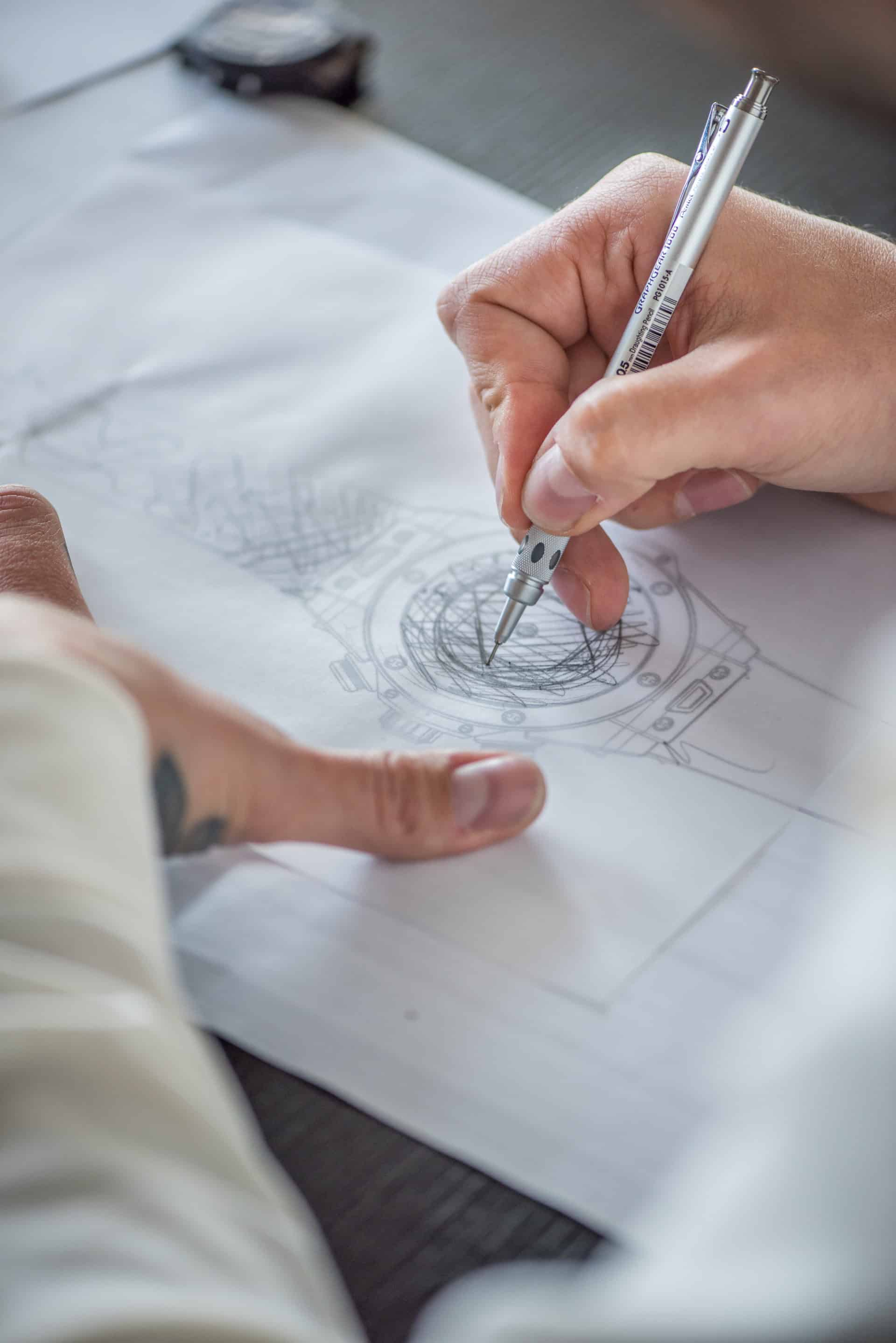 Der Designer Maxime Büchi bei der Arbeit an seinen Design-Entwürfen