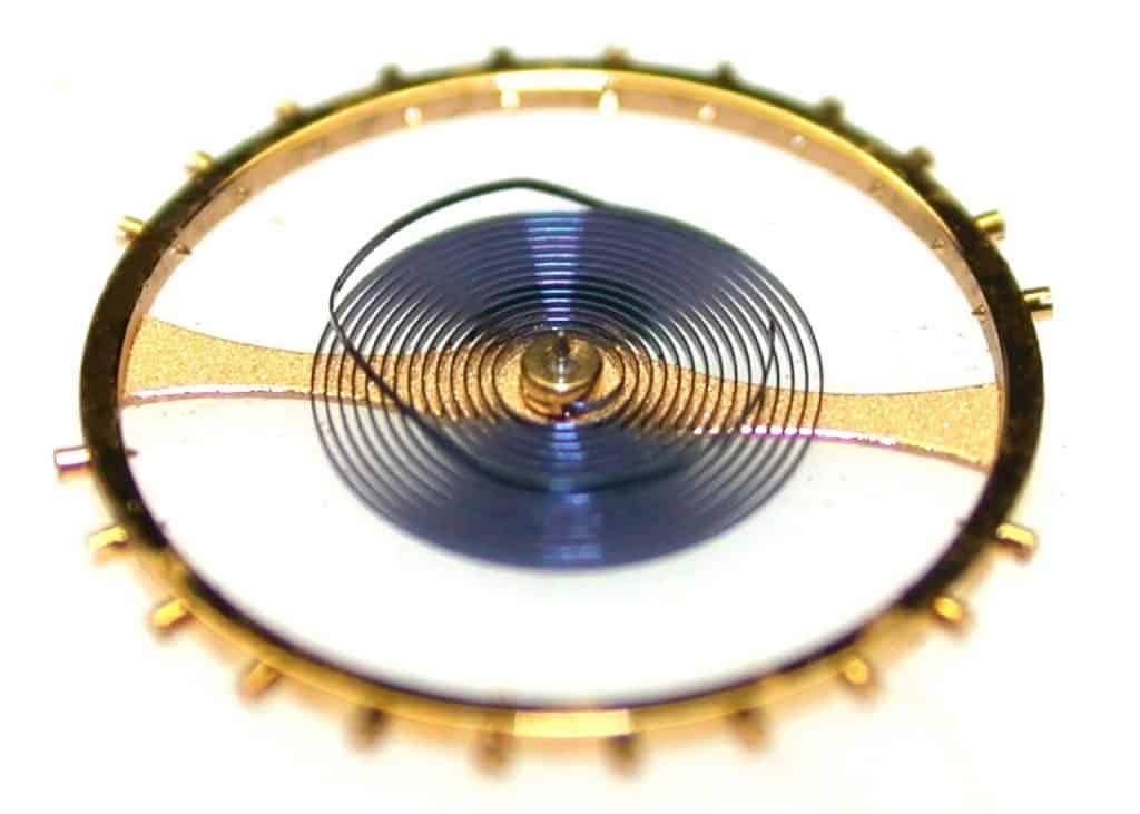 Glucydur-Schraubenunruh und Nivarox-Breguet-Unruhspirale mit hochgebogener Endkurve