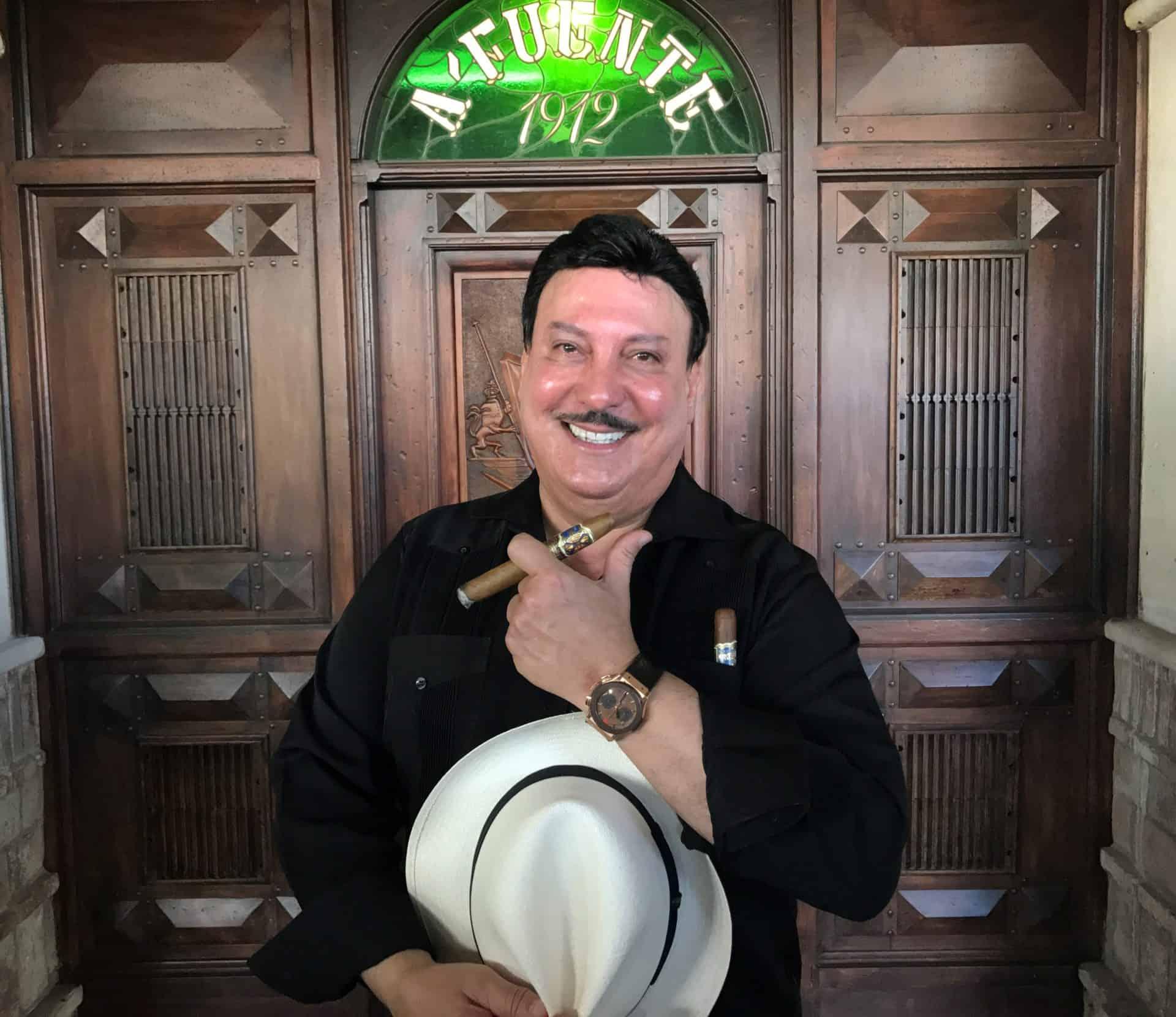 Carlito Fuente mit seiner Hublot am Arm und Zigarre zwischen den Fingern.