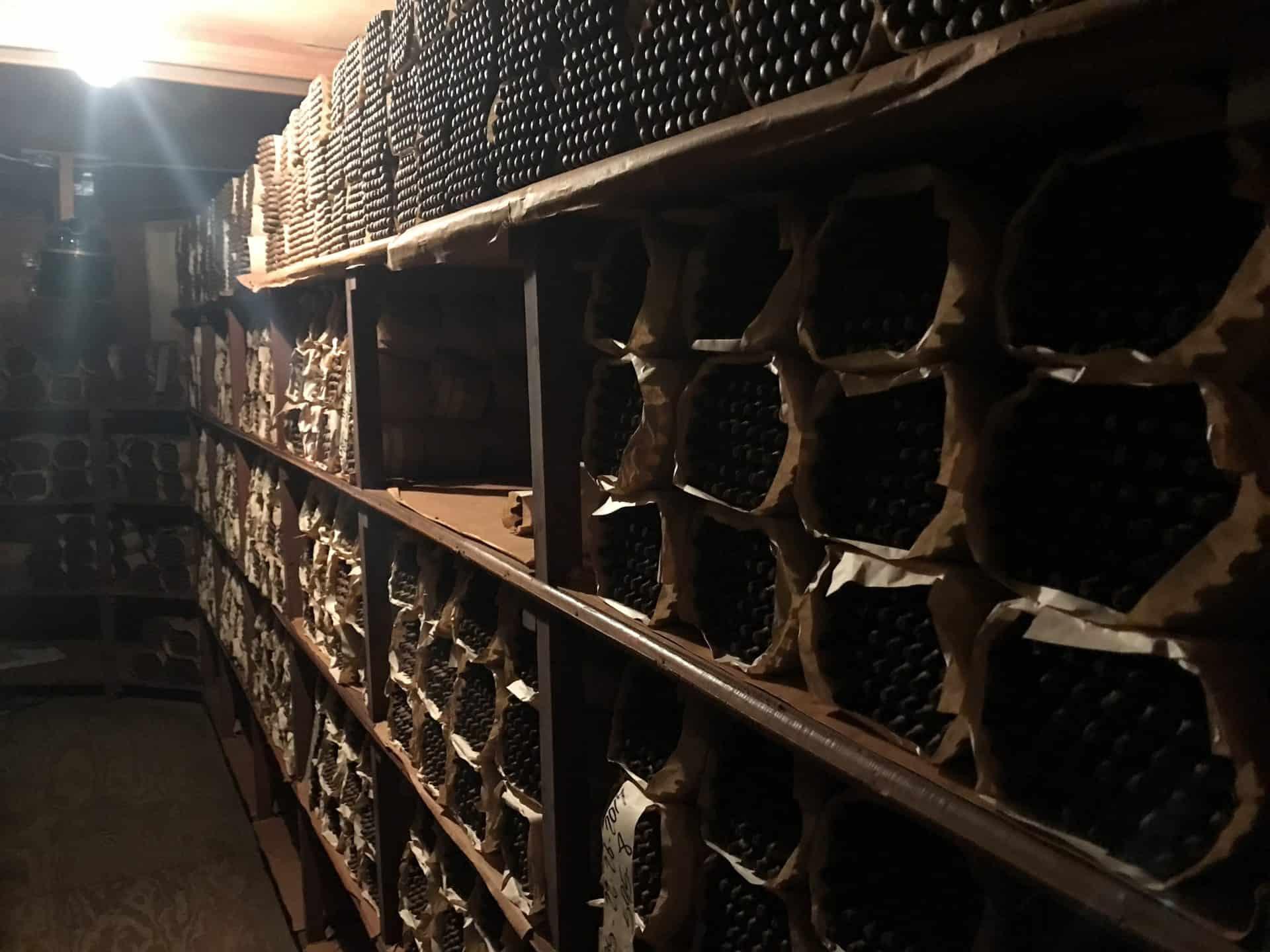 Ähnlich einem Weinkeller lagern und reifen auch Zigarren fein säuberlich gestapelt vor sich hin