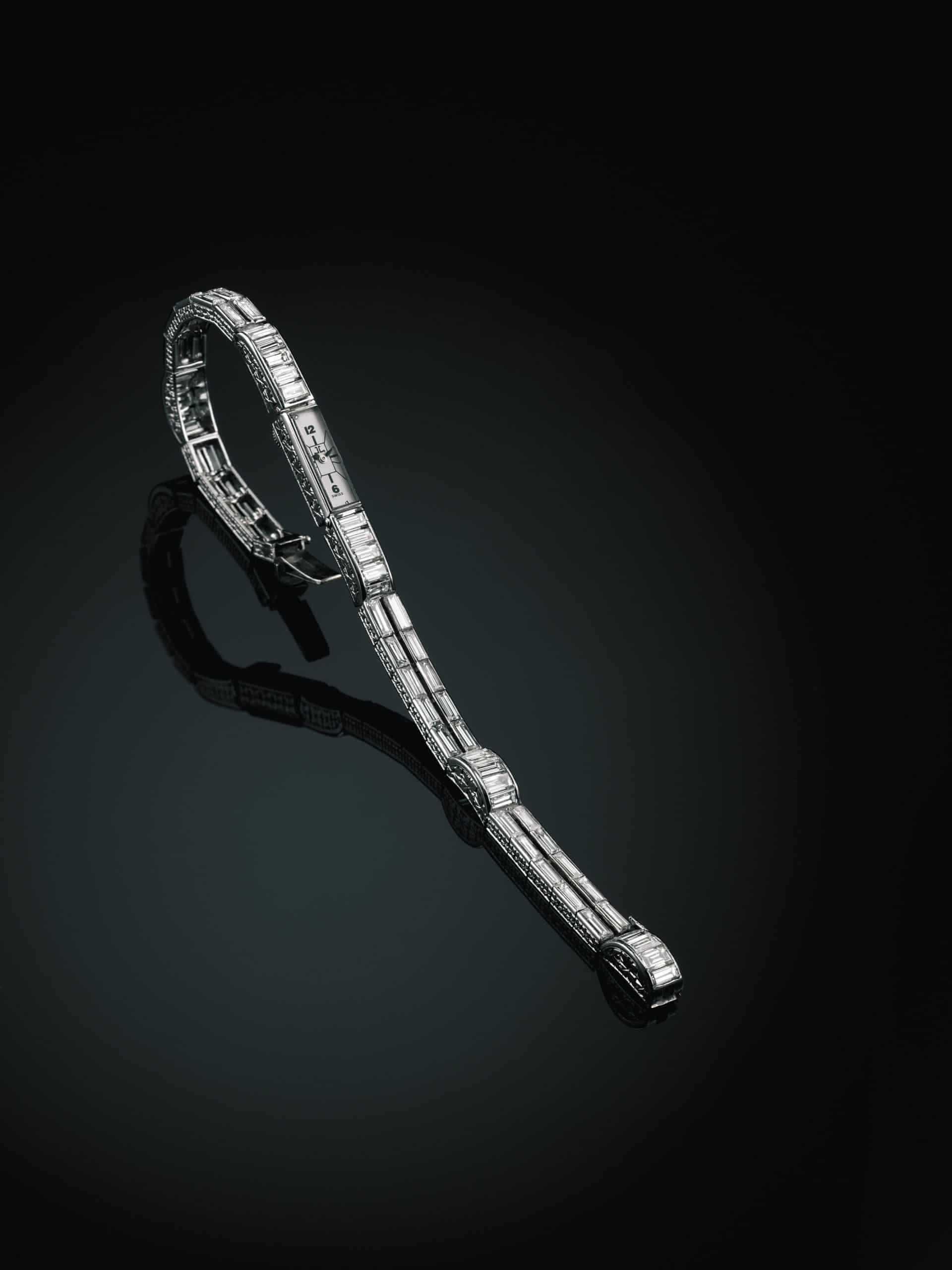 1929 entwickelte LeCoultre ein winziges, 0,7 Gramm schweres baguetteförmiges Uhrwerk. Trotz seiner Leichtigkeit konnte es sich nicht im breiten Markt durchsetzen, wurde aber bereits mehrfach am Arm gekrönter Häupter gesichtet.