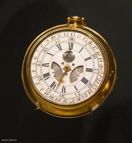 Die Taschenuhr von 1764 von Thomas Mudge. Sie hat einen der ersten automatischen Mechanismen für den ewigen Kalender. Der zusätzliche Tag in Schaltjahren wird automatisch angezeigt und war für 100 Jahre vorherberechnet.