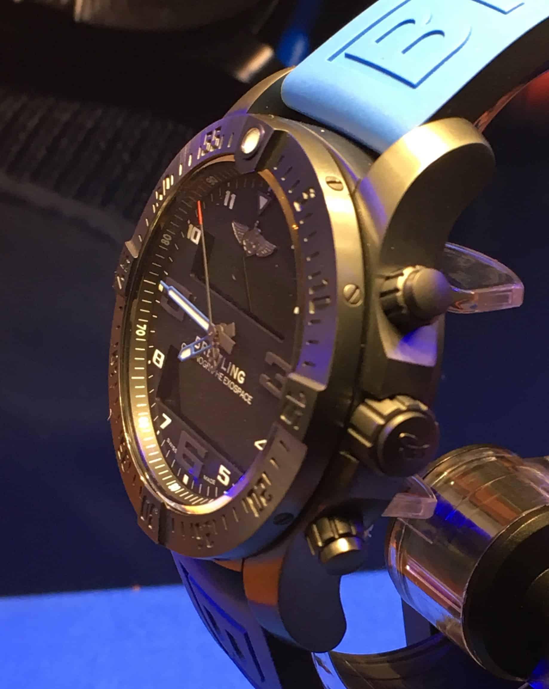 Von der Seite betrachtet erkennt man den klassischen Uhrenkorpus und die Zeitanzeige. Integriert ins Zifferblatt dann die digitalen Anzeigeflächen