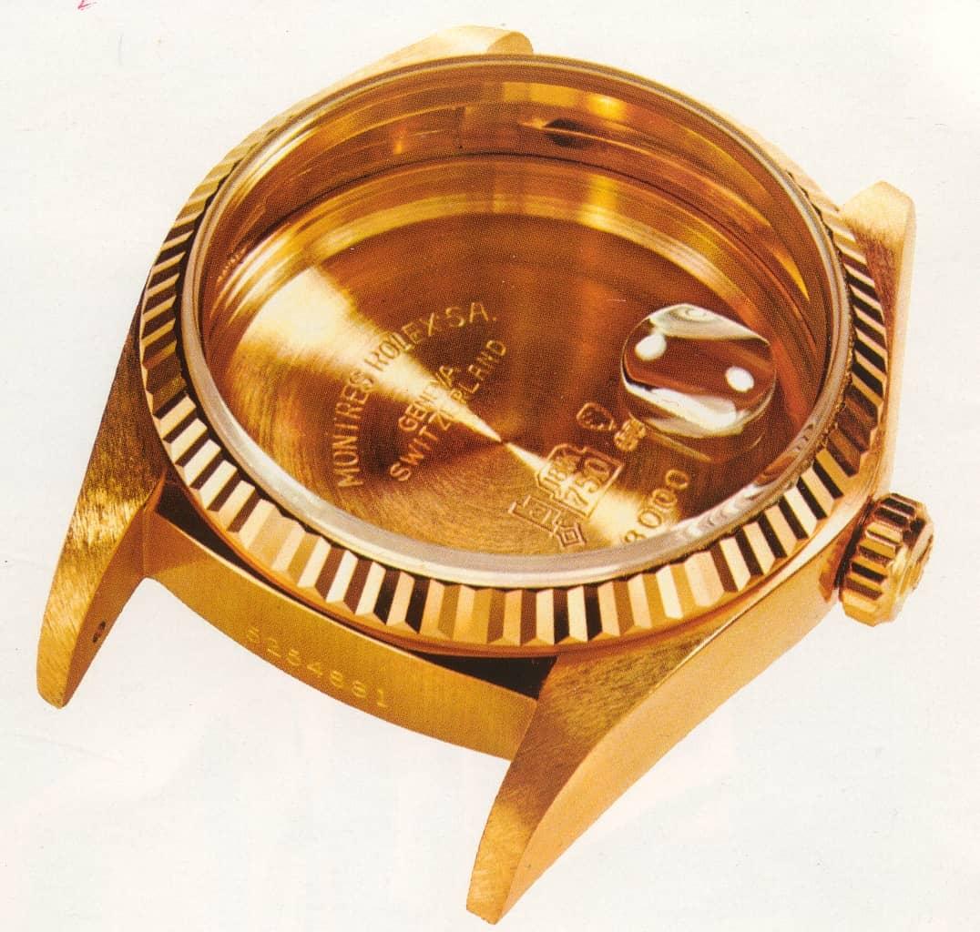 Das Gehäuse und die Glaslupe einer Rolex Oyster noch ohne Werk