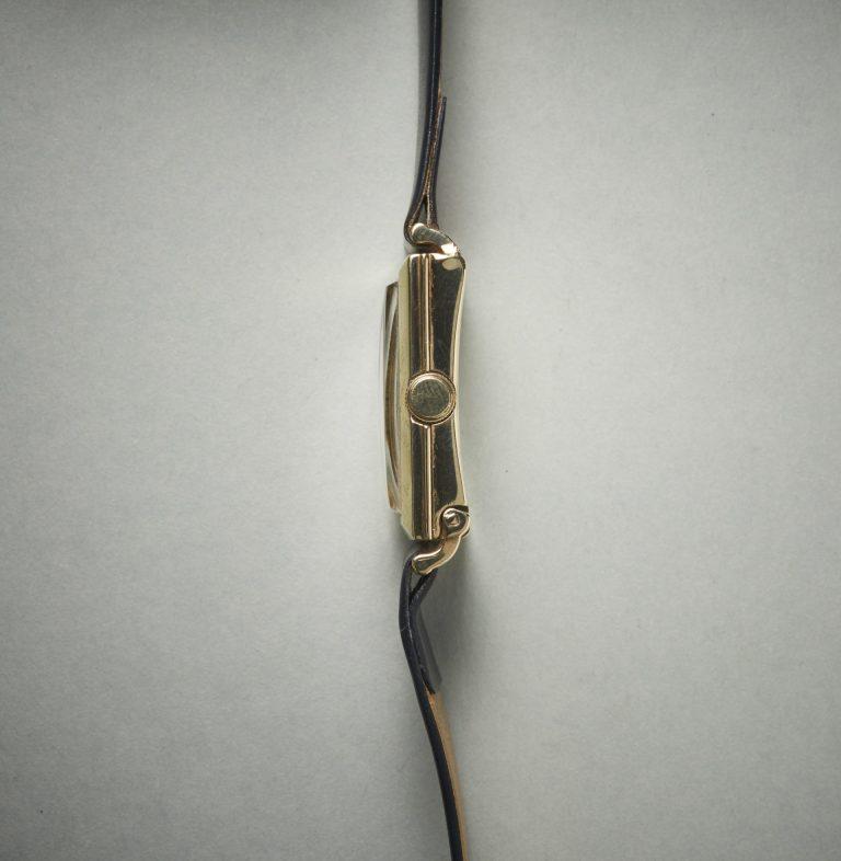 Autorist Vintage Uhr seitliche Aufnahme mit den beweglichen unteren Bandanstössen, die über Hämmer die Energie weitergeben