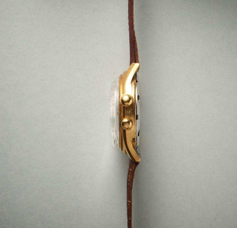Die obere krone dient zum Aufziehen und Einstellen der Weckzeit. Die untere Krone aktiviert den Wecker