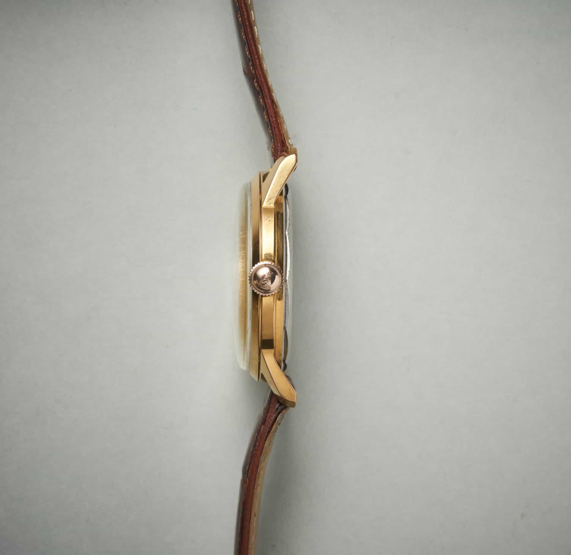 Die Krone der Doxa Uhr mit Schriftzug. Das Gehäuse selbst ist recht flach.