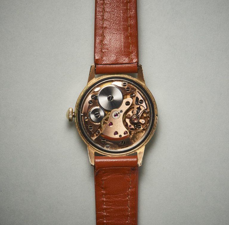 Das rotvergoldete Kaliber besitzt eine aufwendige Freinregulierung für den Rückerzeiger Bilder Uhrenkosmos