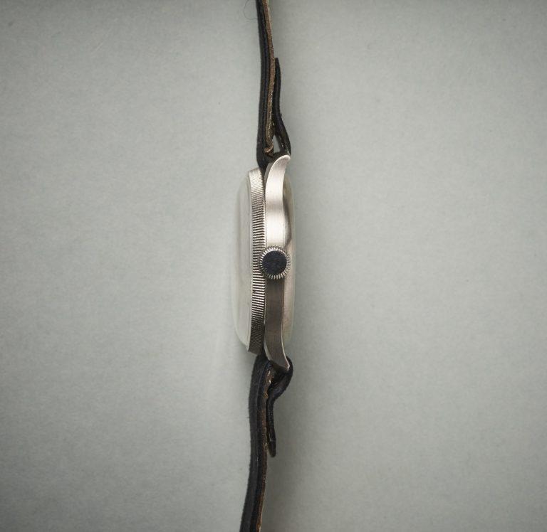 Die markante Lünette des 34 mm Stahlgehäuses mit aufgepresstem Boden
