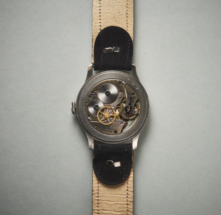 Das Handaufzugswerk besitzt eine indirekte Zentralsekunde. Dei Friktionsfeder sorgt dabei für eine gleichmäßige Bewegung des Sekundenzeigers Bilder Uhrenkosmos