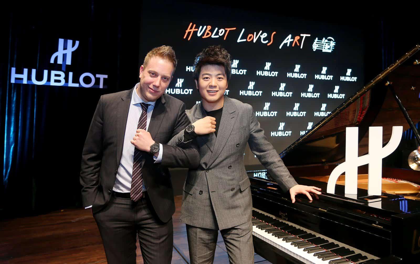 Starpianist Lang-Lang zeigt seine Partnerschaft wie Uhr - womöglich bereiten sich die Herren auch aufs vierhändige Spiel vor