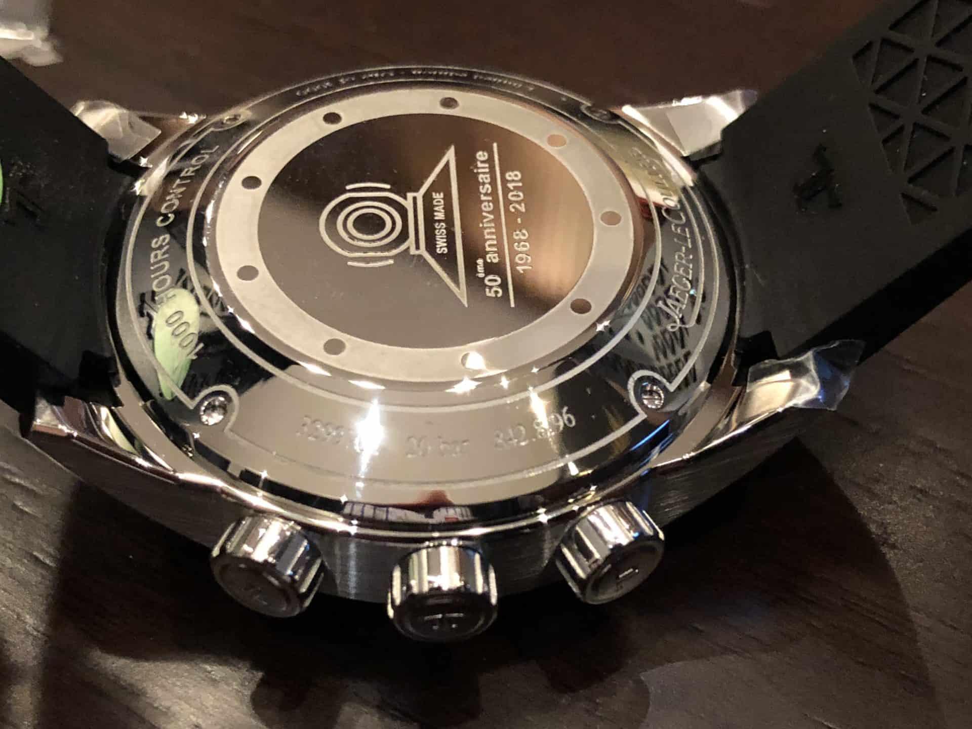 Eine neuaufgelegte Jaeger-LeCoultre Uhr Memovox Polaris. Der Anlass des 50. Jubiläums der Uhr ist auf dem Stahlboden eingraviert
