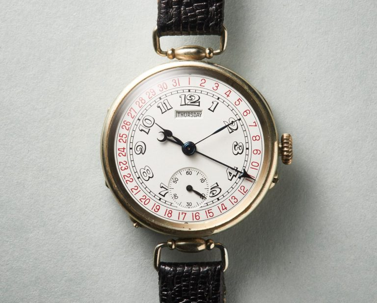 Der pfeilförmige Zeiger der Kalender-Armbanduhr von Moser&Cie. zeigt das Datum, das Fenster unter der 12 den Wochentag