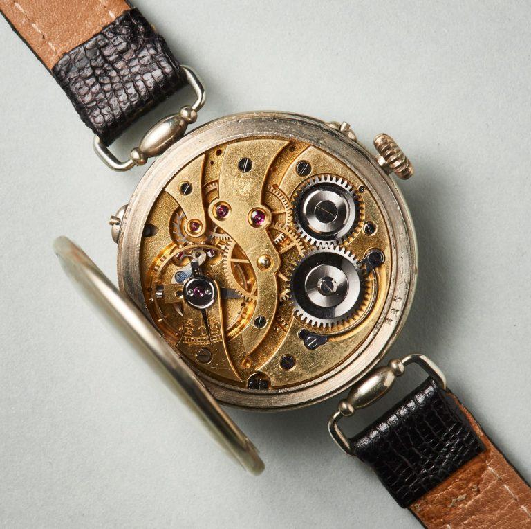 Das vergoldete, mit 15 Steinen versehene Kaliber der Kalender-Armbanduhr von Moser&Cie.