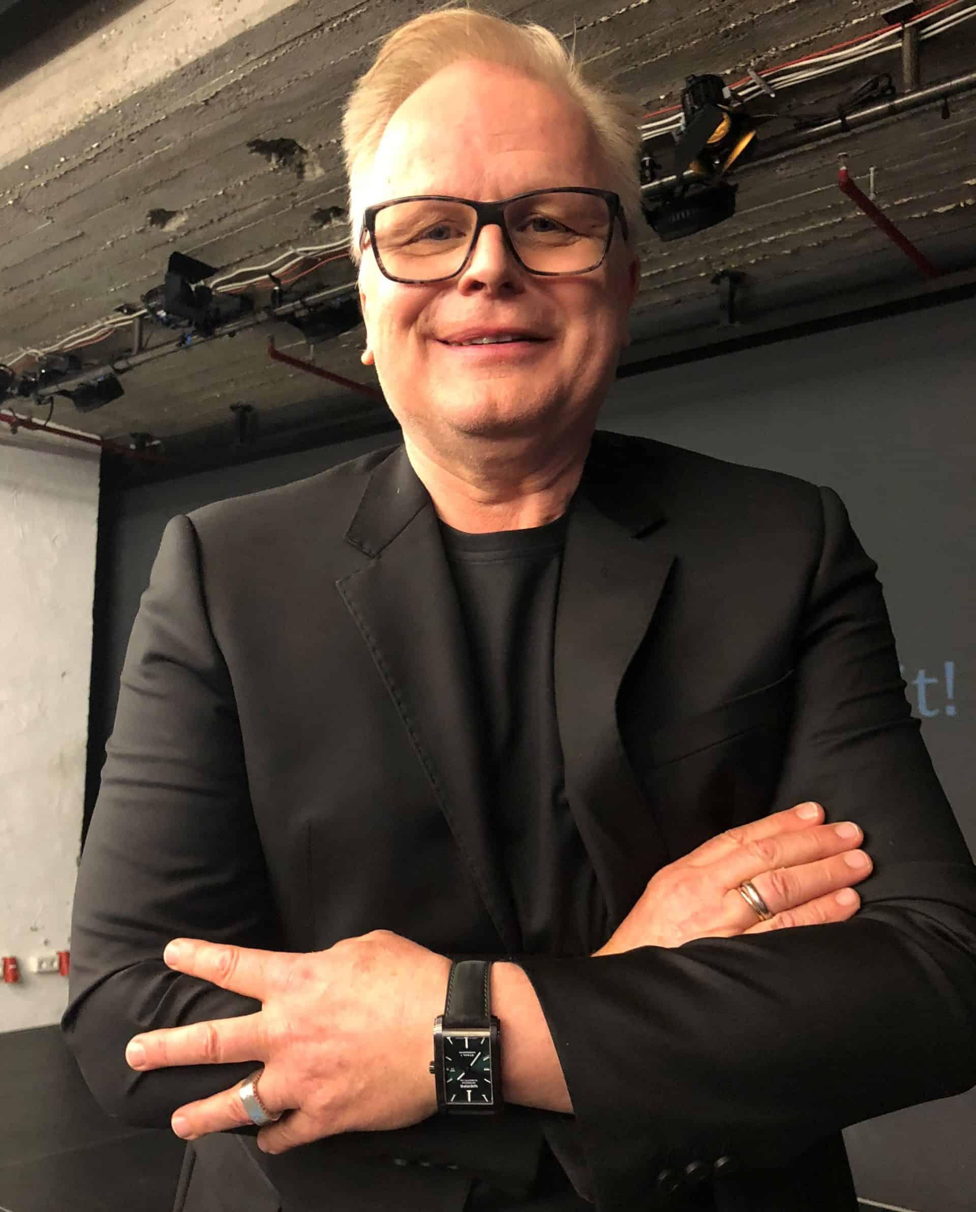 Herbert Grönemeyer mit der von ihm gestalteten Stahl Uhr am Arm