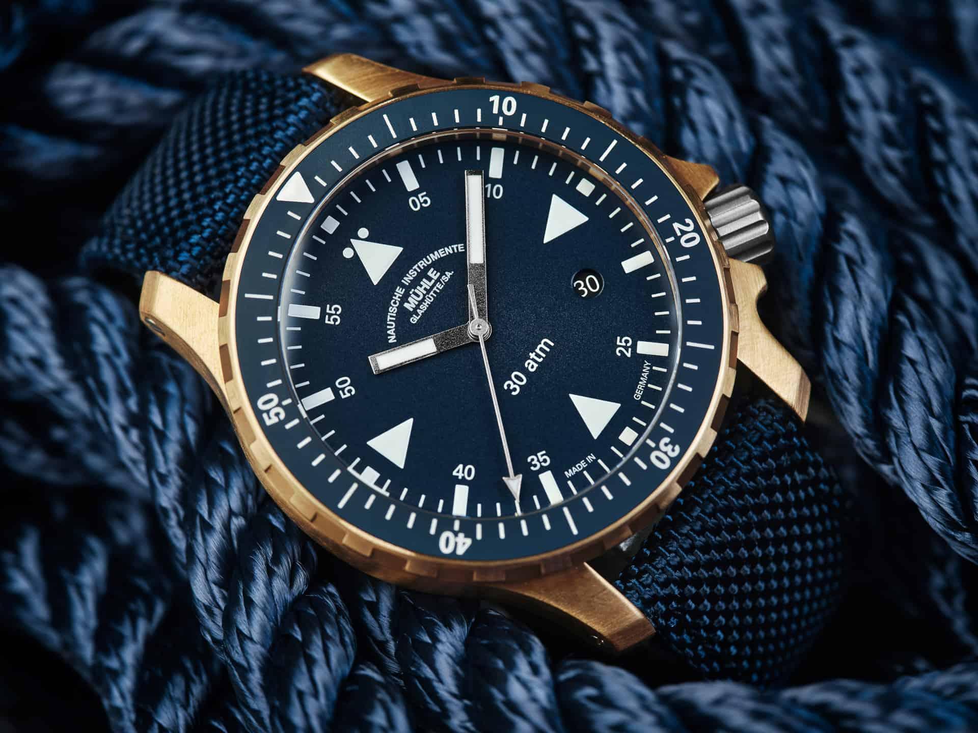Sportlich und maritim - das ist das Design der Mühle Glashütte Yacht-Timer mit Bronze-Gehäuse. Für 2.400 Euro gibt es viel Uhr für das Geld, überdies besteht eine Limitierung auf 500 Exemplar.