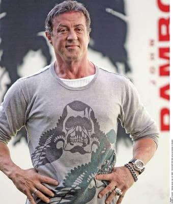Sylvester Stallone und das Filmplakat des Rambo-Films