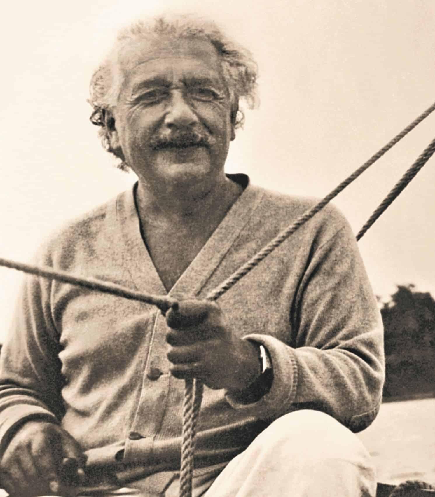 Albert Einstein bei einer seiner Lieblingsbeschäftigungen - dem Segeln. Gut zu sehen ist seine Longines Armbanduhr