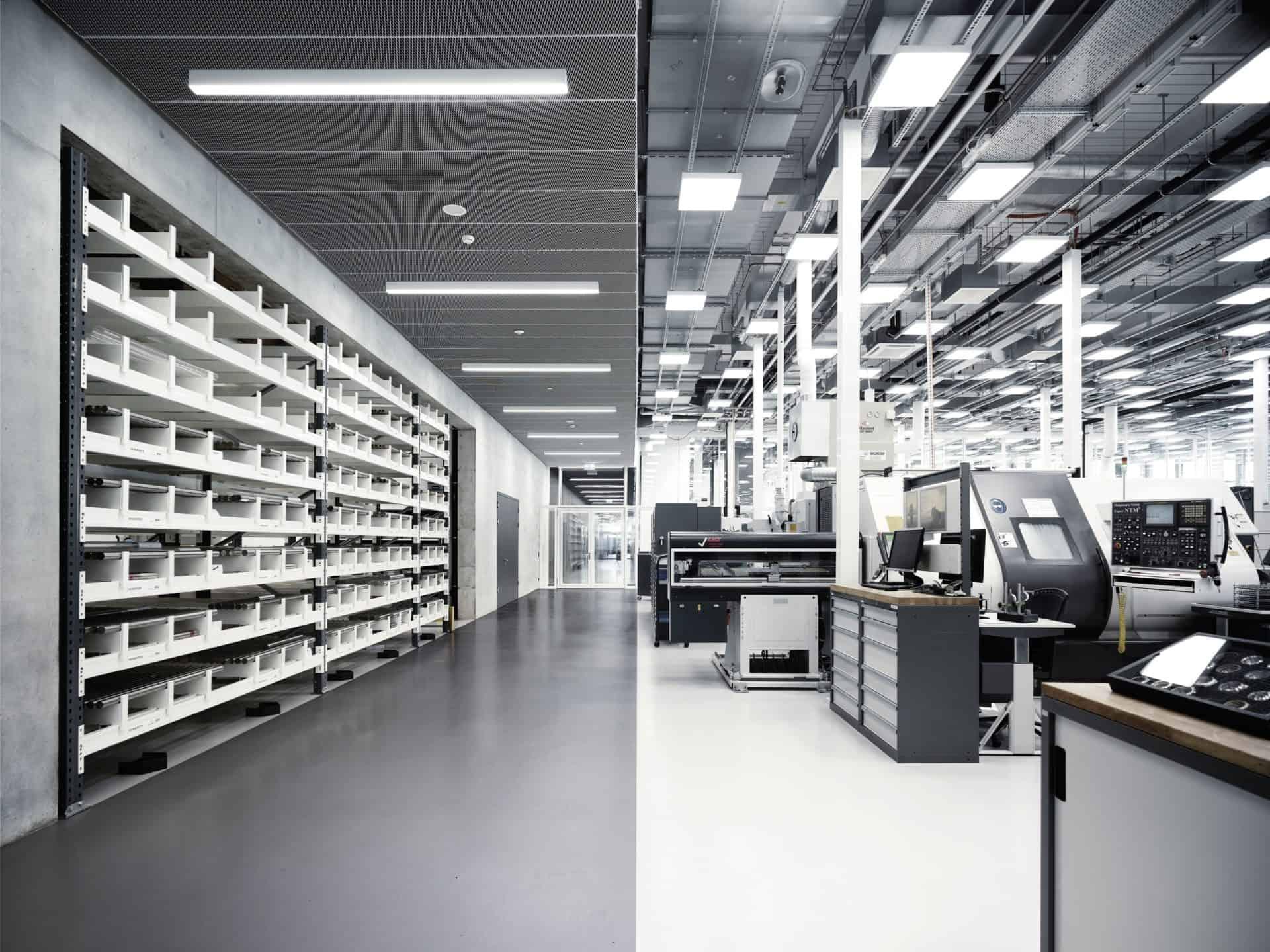 Das erstaunlich unfabrikmäßige Rohmetalllager der Gehäuse-Produktion im IWC Neubau