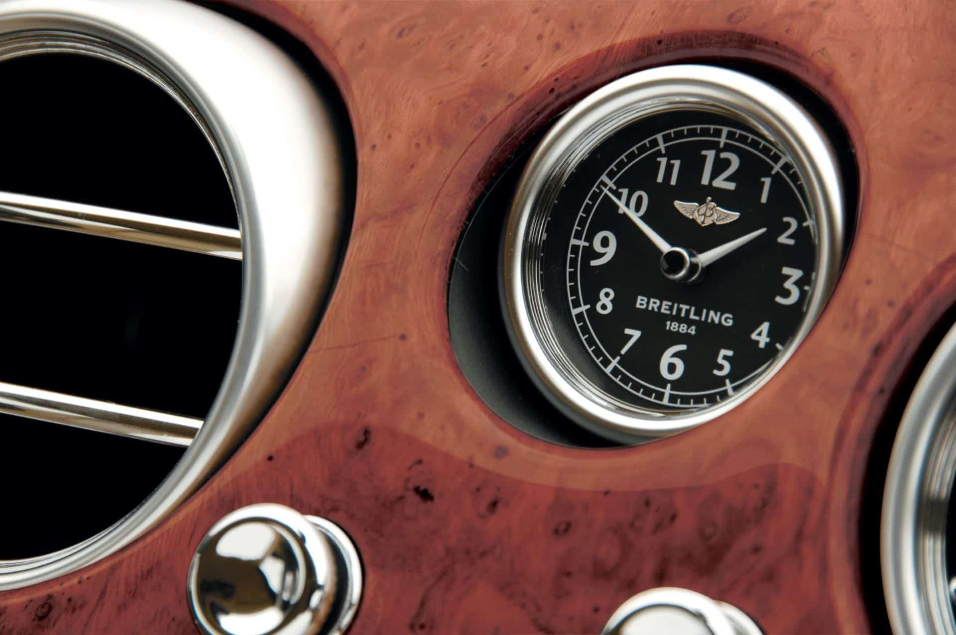 Das Dashboard eines Bentley Continental GT mit integrierter Breitling Borduhr