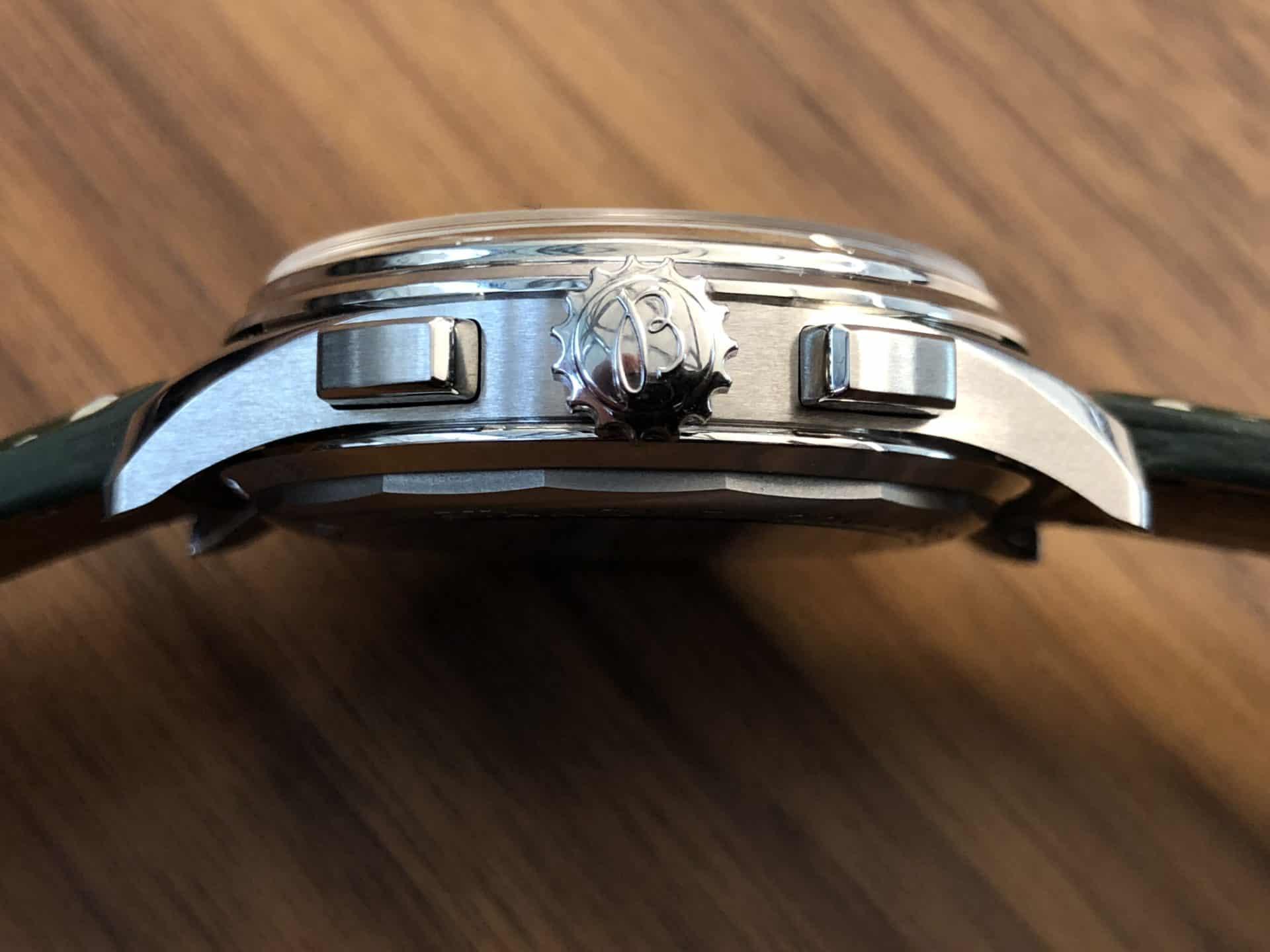 Breitling Premier for Bentley - die Seitenansicht der markanten Uhr