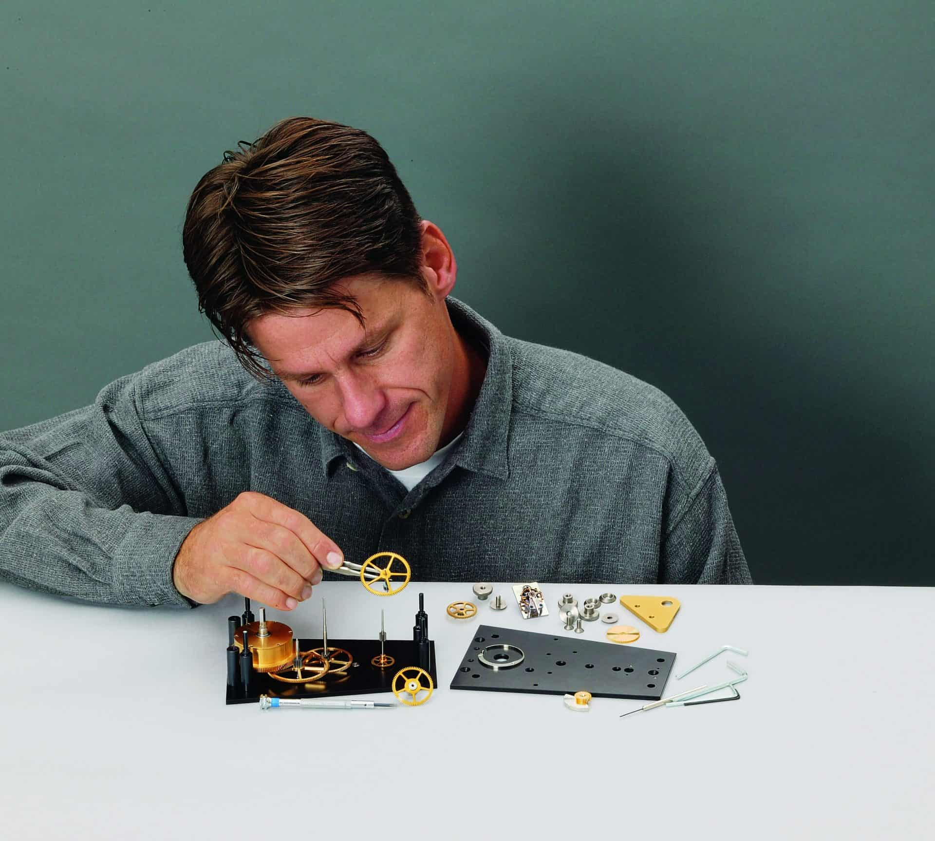 Mitinhaber Jürgen Kohler und das Uhrwerk des erfolgreichen Uhrenbausatzes M2
