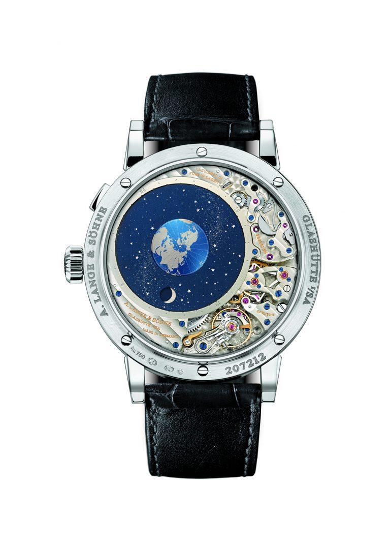 Die A. Lange & Söhne Lange 1 Mondphase zeigt durch ihren Glasboden das kunstvolle Werk und den Mond in seiner Bewegung um die Erde.