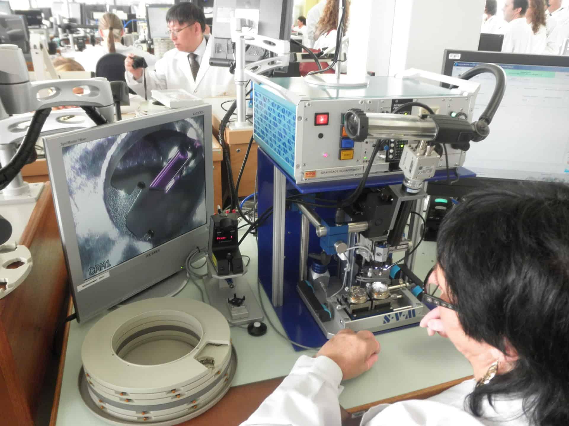 Tröpfchen für Tröpfchen - selbsttätiges Schmieren des Ankerrads bei Rolex in Biel