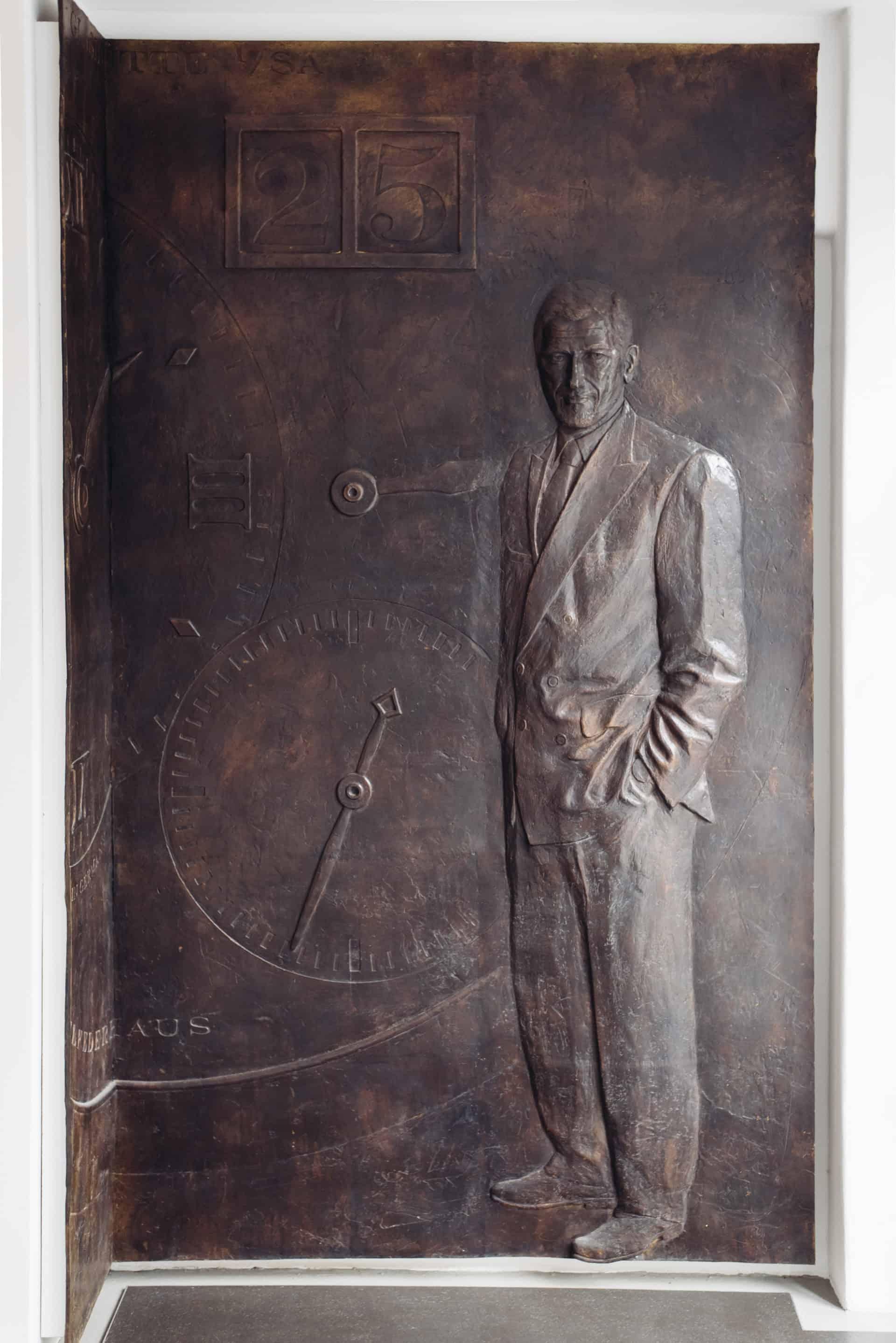 Ehre wem Ehre gebührt: Das Bronzerelief im Eingangsbereich der Manufaktur von Günter Blümlein: