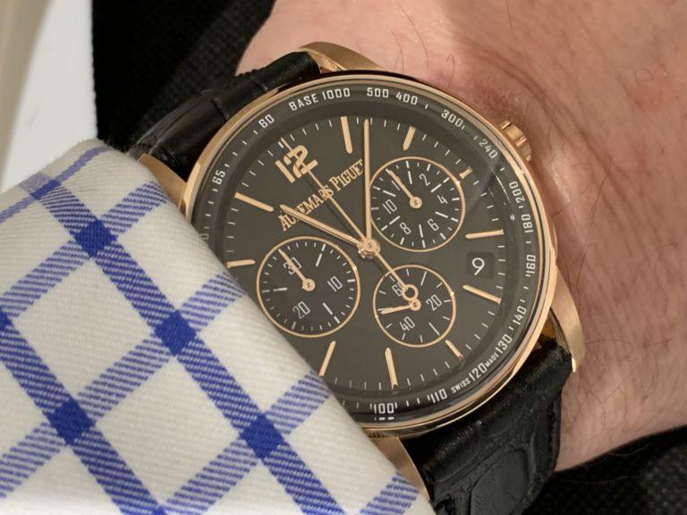 Eine Uhr ist eine Uhr - zumindest am Arm des Trägers. Für eine Audemars ungewöhnlich, das stimmt auch.