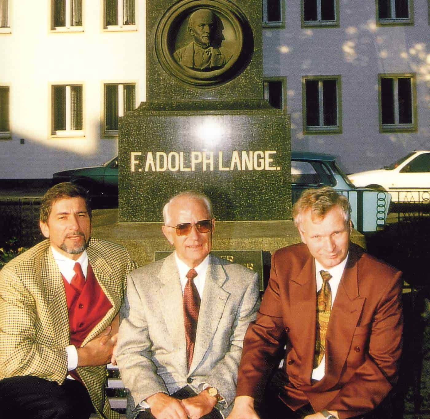 Zu Füssen des Firmengründers Ferdinand Adolph Lange : Günter Blümlein, Walter Lange und Hartmut Knothe, die ersten Geschäftsführer der Lange Uhren GmbH
