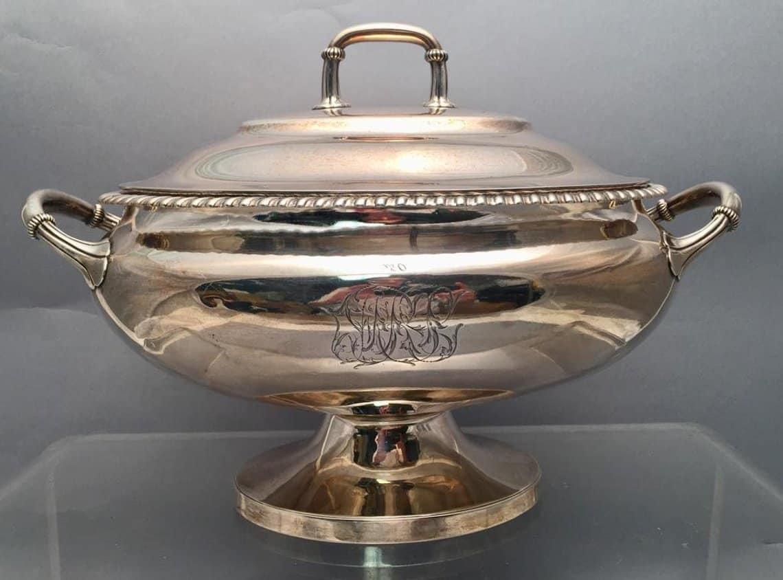 Prachtvolle alte Silbervasen und altes Silbergeschirr, wie diese Bailey-Banks-and-Biddle-Silberschüssel