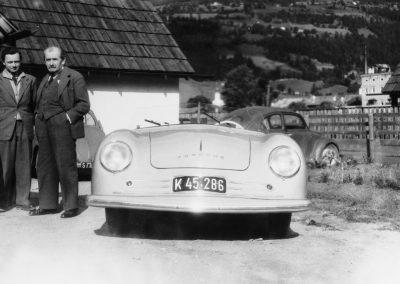 Ferry Porsche (rechts) mit einem 356 Porsche