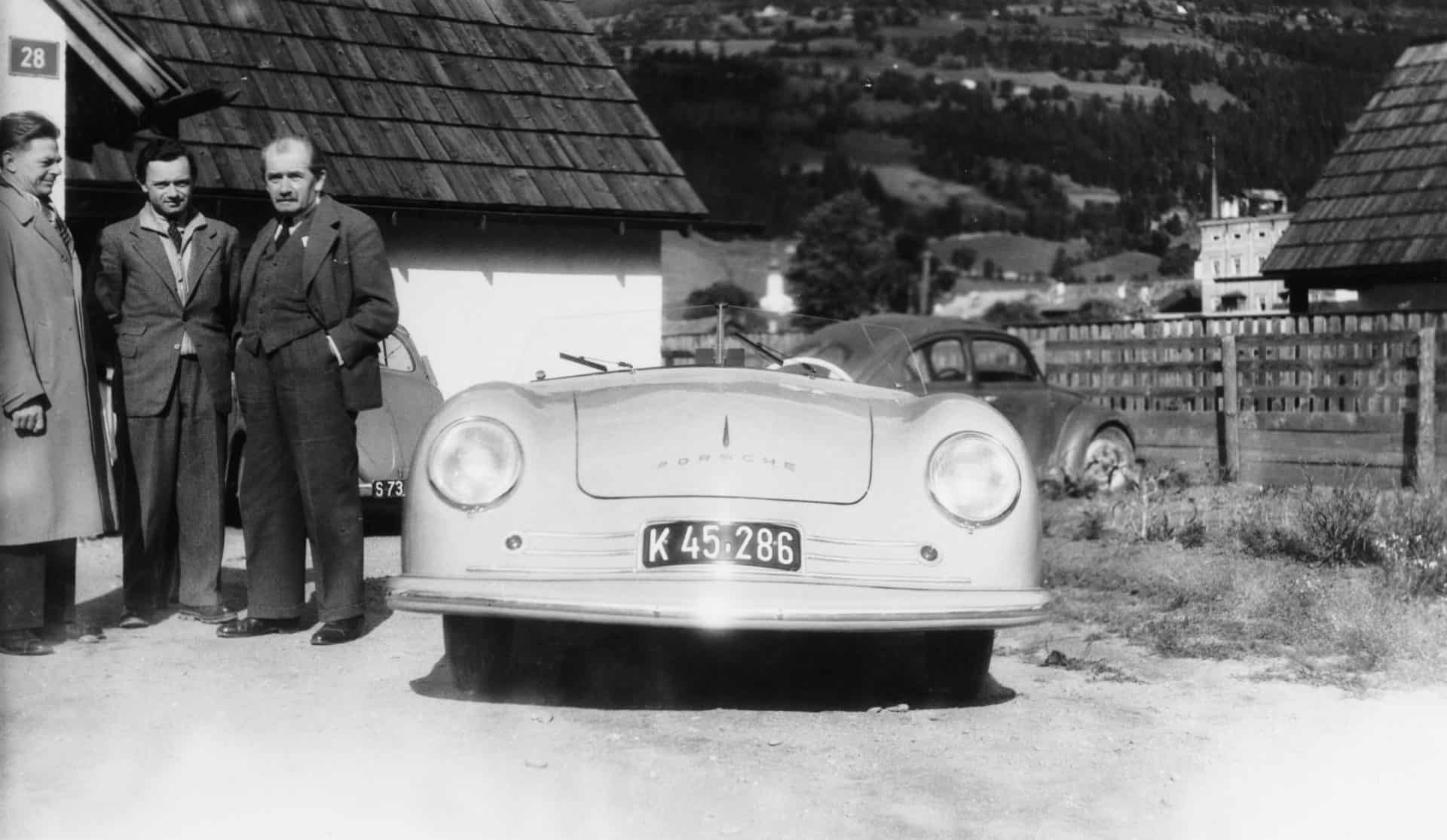 Ferry Porsche (rechts) mit dem Porsche 356-er