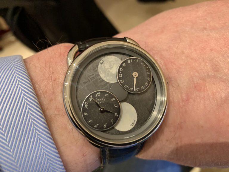 durch das Kreisen der Uhrzeit- und der Datumsscheibe erkennt man die Mondphase an dem Grad ihrer Abdeckung