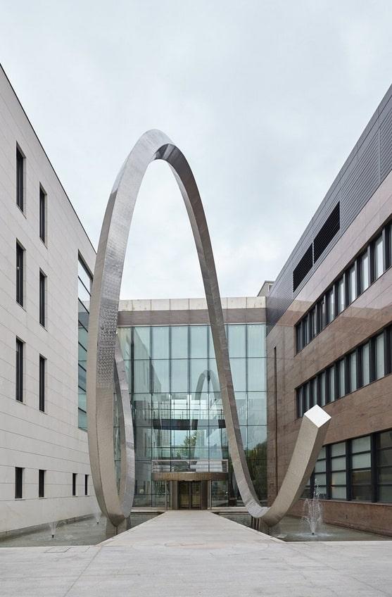 Die riesige Unruhspirale im Eingangsbereich der Patek Philippe-Zentrale in Genf