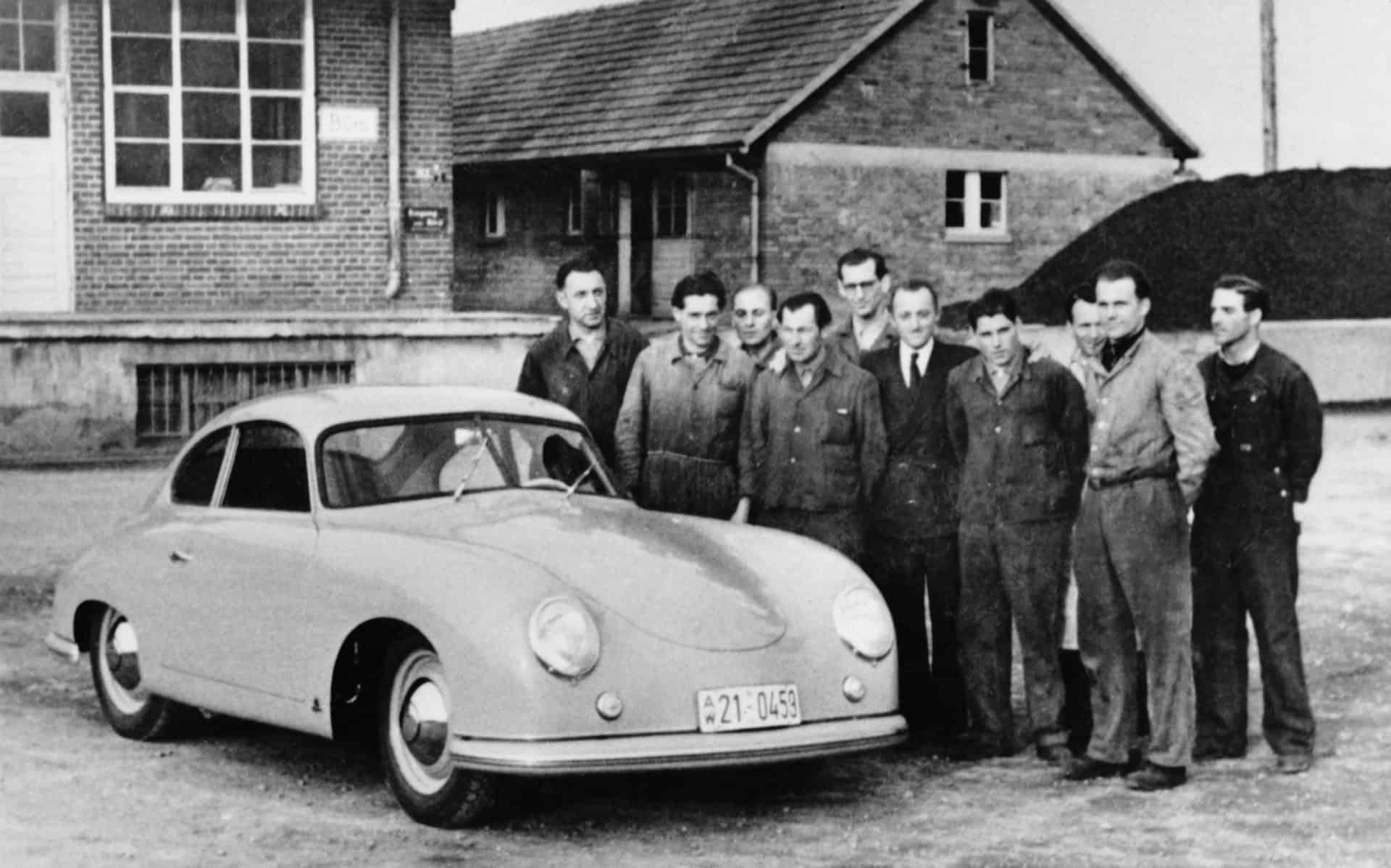 Das Entwicklungsteam mit einem Porsche 356-er in Gmünd