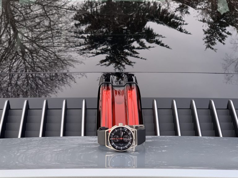Ein bekannter Blick: So sieht der Porsche von hinten aus. In diesem Fall mit Uhr.