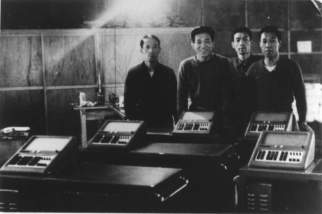 Die Casio-Gründer Tadao Kashio und seine drei Brüder Toshio, Kuzuo, und Yukio in einer alten Aufnahme