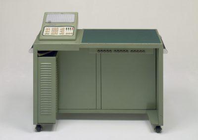 Ein Casio Arbeitstisch mit integrierter Rechenmaschine aus dem Jahr 1957
