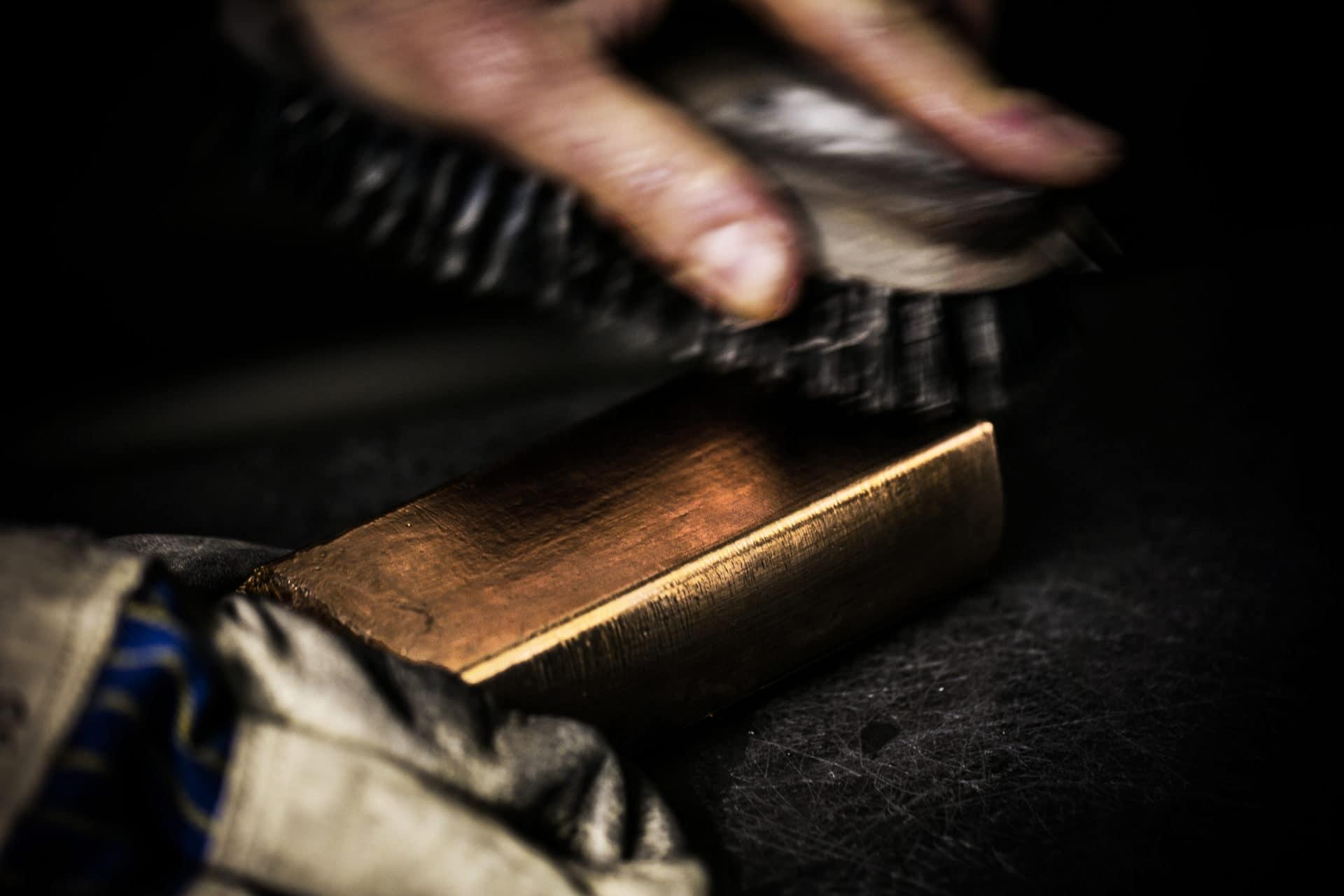 Der Goldblock wird nach dem Abkühlen gereinigt