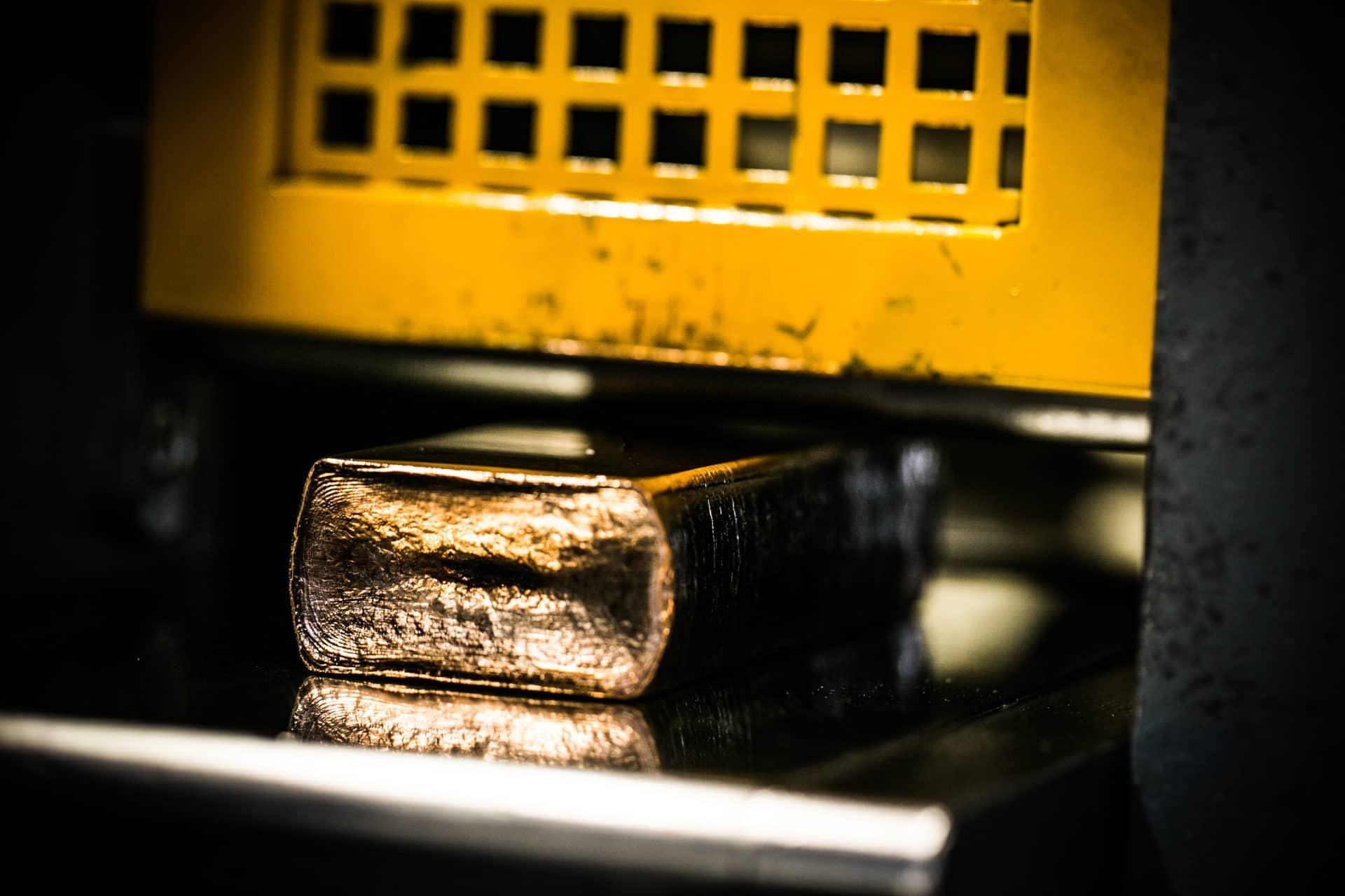 Das Gold wird für die weitere Verarbeitung auf die notwendige Stärke gewalzt