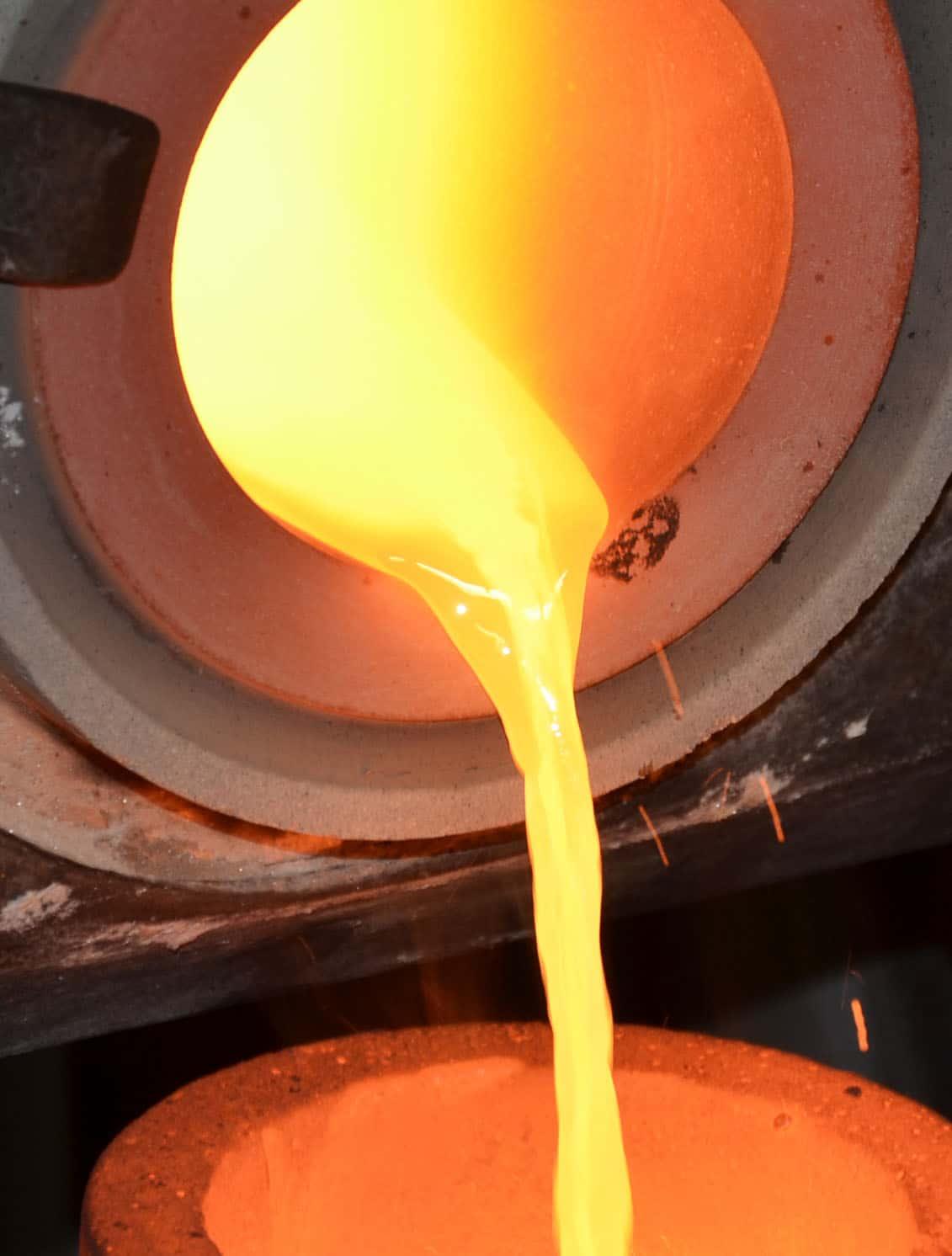 Flüssiges Gold wird nach dem Schmelzprozess in Formen gegossen