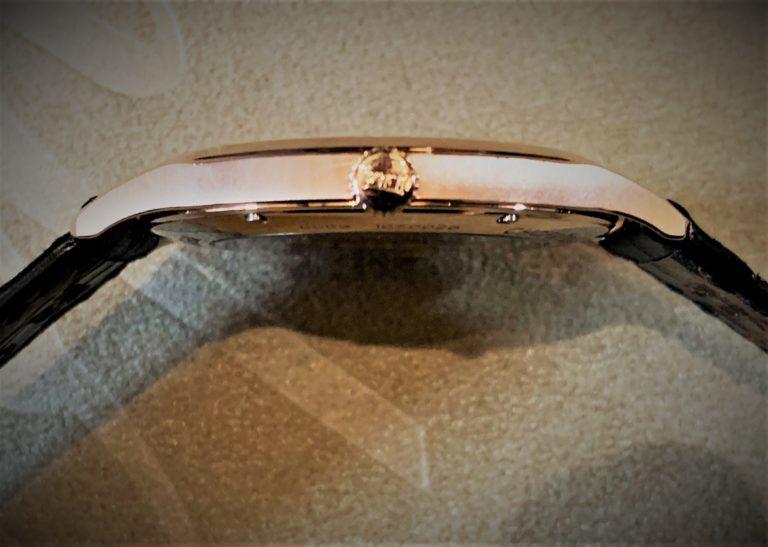 Die Chronistenpflicht siegt über die mäßige Bildqualität dieses Handy-Fotos: Das Chopard Tourbillon ist so flach