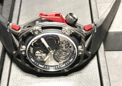 Die seitlichen Drücker in Rot und Schwarz wie das markante Karbon-Gehäuse der Hublot Ferrari