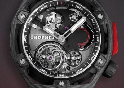Der feuerrote Ferrari-Drücker der Hublot Techframe Ferrari 70 Years Tourbillon Chronograph in seiner limitierten Form