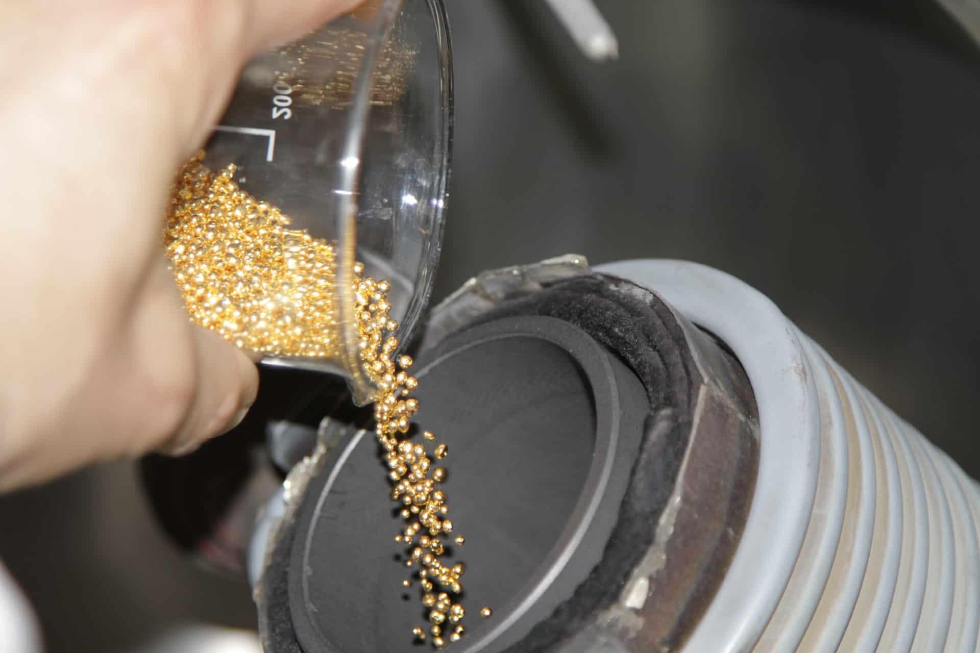 Das Einfüllen der Goldkörner