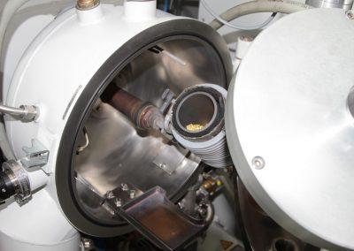 Kleine Goldnuggets in der Druckkammer vor der Verflüssigung und dem Einlassen der Keramik in der Druckkammer