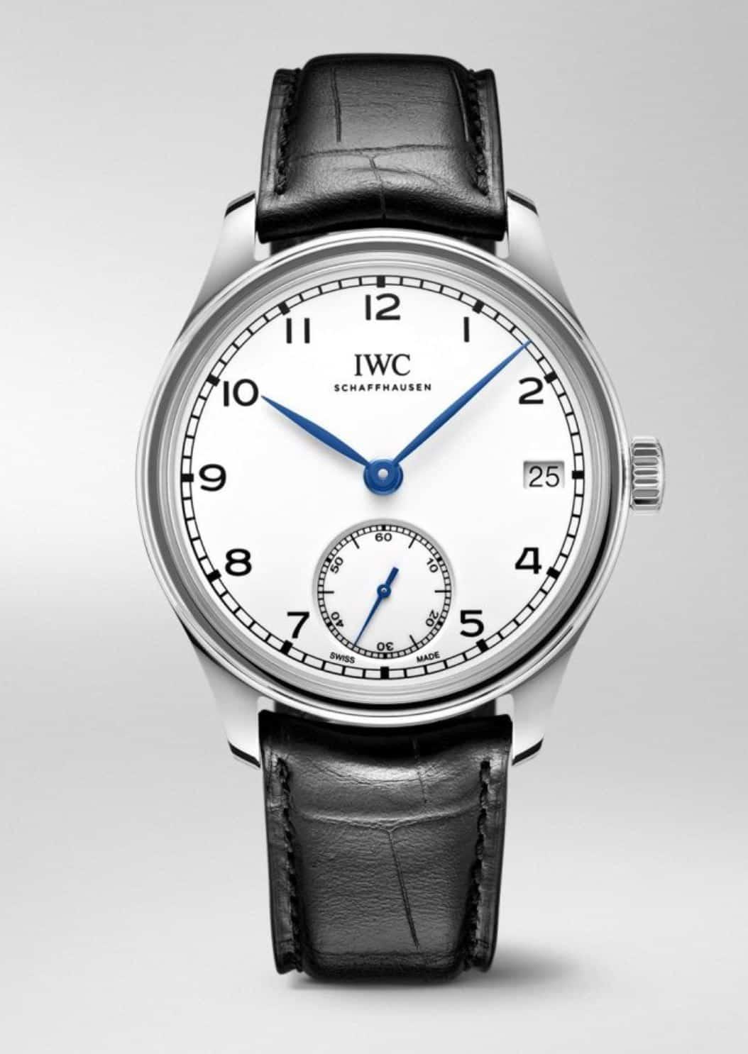 Die IWC Portugieser mit Handaufzug gibt es mit und ohne Datum. Dieses Modell mit Datum und kleiner Sekunde wird von Hand aufgezogen und kostete 9.500 €.