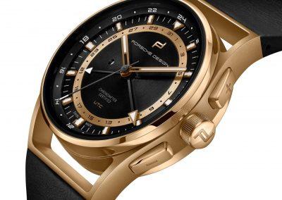 Die seitliche Ansicht der goldenen Porsche Design Globetimer GMT Uhr